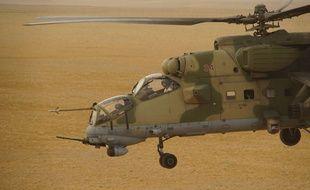 Un hélicoptère russe vole au-dessus de la Syrie en 2017.
