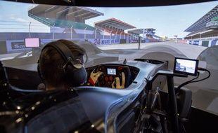 Sur simulateur, Timothé Buret voit la piste et les autres voitures comme pendant la course, et s'entraîne à faire face à toutes les conditions de courses possibles.