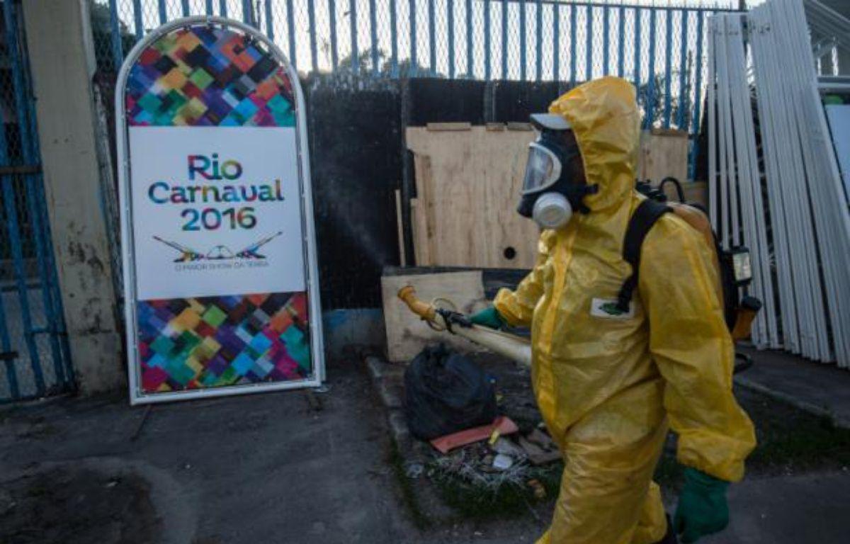 Un agent municipal vaporise du produit anti Zika, au sambadrome de Rio de Janeiro, le 26 janvier 2016 – CHRISTOPHE SIMON AFP