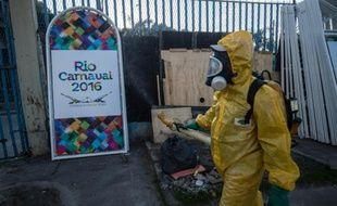 Un agent municipal vaporise du produit anti Zika, au sambadrome de Rio de Janeiro, le 26 janvier 2016