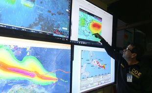 Des membres du  National Emergencies Committee étudient l'avancée du cyclone Irma en République dominicaine, le 6 septembre 2017.
