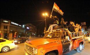 Les Irakiens célèbrent la fin du couvre-feu le 8 février 2015 à Bagdad en parcourant les rues de la capitale en voiture