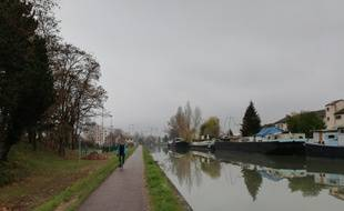 Le long du canal de la Marne au Rhin à Strasbourg doit désormais être aménagée une autoroute du vélo, en contrebas (à gauche) de la piste actuelle, partagée avec les piétons et nettement moins sécurisée.