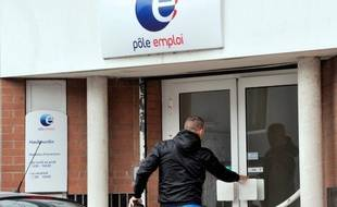 Le chômage a continué à grimper au premier trimestre pour atteindre 10,4% en métropole, un niveau inégalé depuis 15 ans, dans un contexte de prévisions moroses qui ne laissent pas présager d'embellie d'ici la fin de l'année, un objectif auquel s'accroche François Hollande.