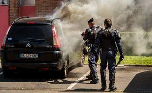 Un véhicule incendié dans le quartier de la Bourgogne, à Tourcoing, le 4 juin 2015.