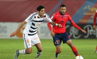 Mohamed Larbi, à droite, face au Lorientais François Bellugou.