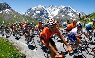 Des cyclistes transpirant dans un col alpin. Cela ressemble beaucoup au Tour mais ce n'est que le Dauphiné pour le moment. Le 13 juin 2009.
