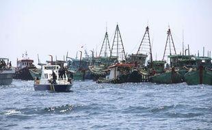 Des navires militaires indonésiens patrouillent et arrêtent les bateaux de pêche illégale de nationalité étrangère.