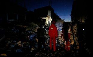 Les secours interviennent à Sarpol-e Zahab dans la province de Kermanshah en Iran, le 13 novembre 2017.