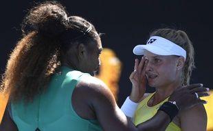 Serena Williams console la jeune Dayana Yastremska  après l'avoir battu en 8e de finale de l'Open d'Australie, le 19 janvier 2019.