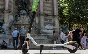 Une trottinette électrique en libre service, à Paris.