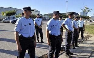 Des gendarmes devant l'entrée du centre de traitement des déchets radioactifs de Marcoule, près de Codolet (Gard), le 12 septembre 2011.