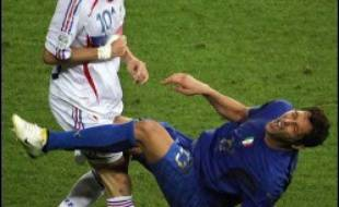 La Fédération internationale de football (Fifa) a assuré lundi que la vidéo n'avait pas été utilisée pour exclure le capitaine français Zinedine Zidane après son coup de tête assénée en pleine poitrine de l'Italien Marco Materazzi en finale du Mondial de football.