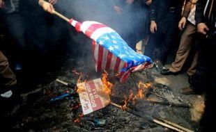 Manifestation d'Iraniens qui brûlent un drapeau américain devant l'ancienne ambassade américaine à Téhéran, le capitale de Téhéran, le 4 novembre 2015