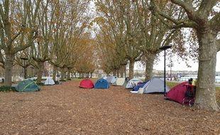 Une quinzaine de tentes ont pris place sous les platanes au niveau de la place des Quinconces.