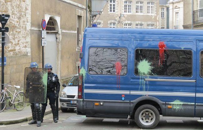 Des œufs remplis de peinture ont été jetés contre des CRS et leur véhicule.