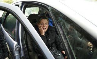 Adele Vinterstein en pleurs le 21 octobre 2015 dans le camp de gens du voyage à Moirans