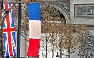 Un drapeau de la Grande-Bretagne et un drpaeau français l'un à côté de l'autre