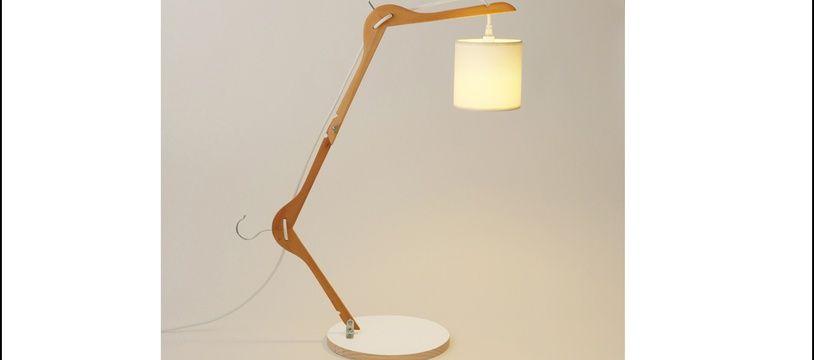 Le pas à pas pour réaliser cette lampe est tiré du livre «1 heure 1 objet» de Pierre Lota.