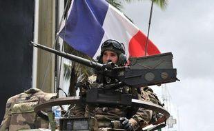 Un soldat français de l'Opération Licorne patrouille dans les rues d'Abidjan (Côte d'Ivoire), le 9 avril 2011.