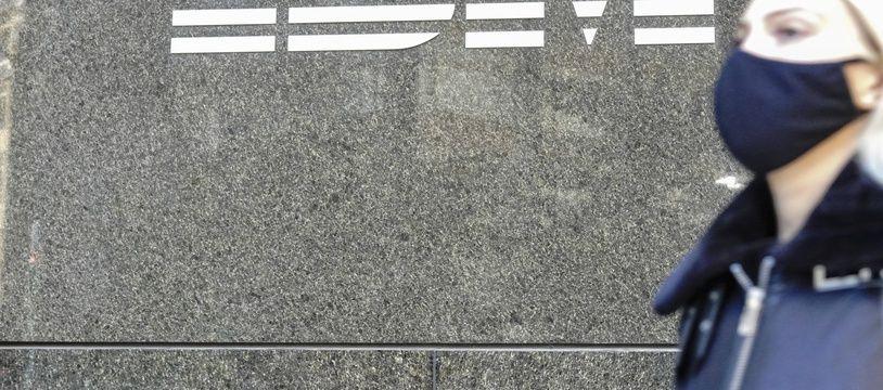 Une passante devant le siège d'IBM à New York.
