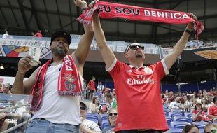Deux supporters de Benfica lors d'un match en juillet 2018 (photo d'illustration).