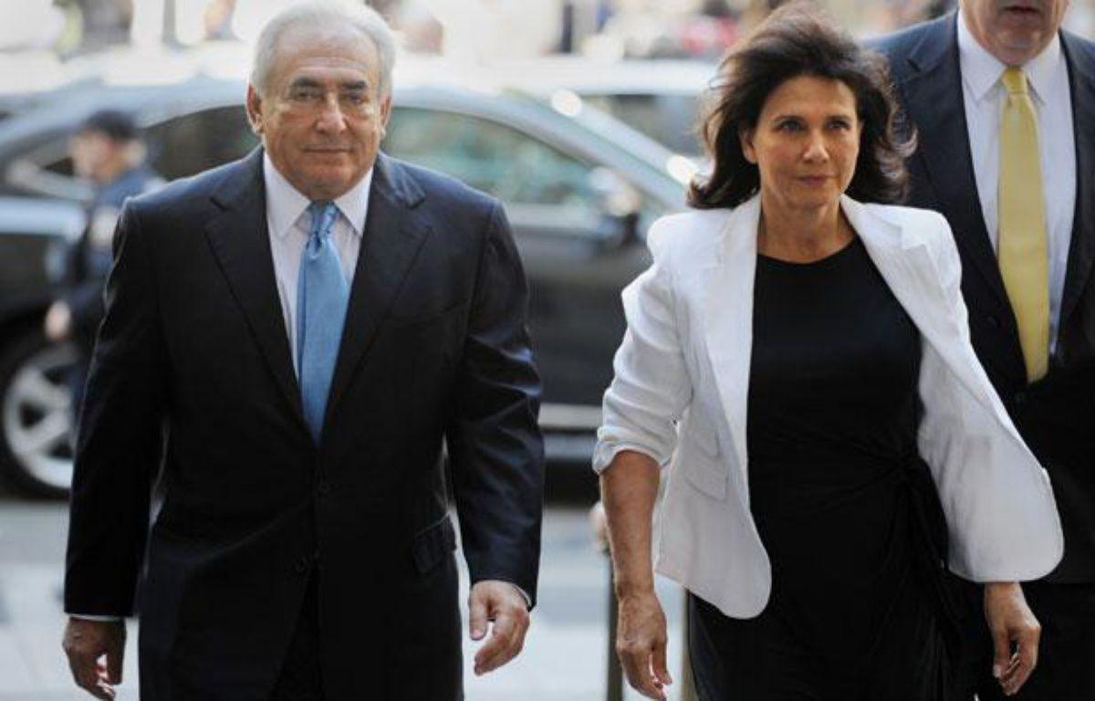 Dominique Strauss-Kahn et Anne Sinclair arrivent au tribunal de New York, pour une audience extraordinaire, au cours de laquelle les conditions de sa libération sous caution ont été levées, à New York le 1er juillet 2011. – AFP PHOTO/Stan HONDA