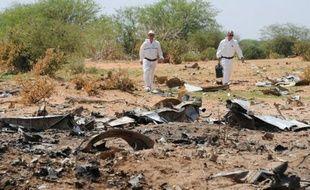 Crash Air Algérie: les enquêteurs prélèvent des preuves sur le lieu du crash, le 29 juillet 2014.