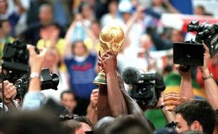 La Coupe du monde de football soulevée le 12 juillet 1998 après la victoire de la France contre le Brésil 3-0.