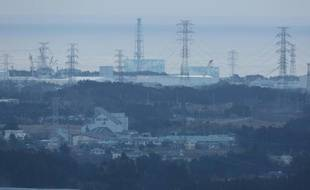 La centrale nucléaire  Fukushima Daiichi (à l'arrière-plan) vue depuis la ville de Tomioka, au Japon, le 11 mars 2016