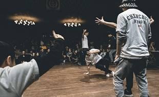 Pendant les battles, les danseurs s'affrontent deux contre deux ou en équipes et assurent le spectacle.