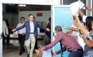 François Fillonf est accueilli par ses soutiens à l'aéroport Roland Garros à Sainte-Marie, à La Reunion, le 11 février 2017.