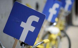Un fanion avec le logo du réseau social Facebook