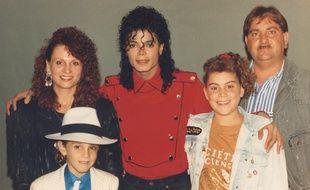 Wade Robson (l'enfant au chapeau), qui pose ici avec sa famille au côté de Michael Jackson, livre son témoignage dans «Leaving Neverland».