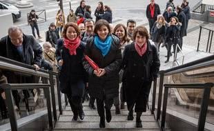 Anne Hidalgo est venue accompagnée de toutes ses têtes de liste dans les  arrondissements, déposer sa liste pour la premier tour des élections  municipales.