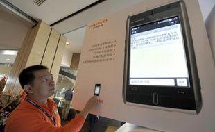 Le géant chinois Lenovo, premier fabricant de PC au monde, projette de lancer des smartphones en Europe dès l'an prochain, affirme samedi son responsable de cette zone géographique.
