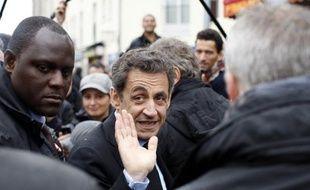 Nicolas Sarkozy a effectué mardi un déplacement surprise à Drancy, en banlieue parisienne, deux jours après la tournée dans plusieurs quartiers difficiles de son rival François Hollande, qu'il a abondamment critiqué.