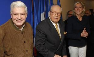 Bruno Gollnisch et Marine Le Pen entourent Jean-Marie Le Pen, qui a présenté le 6 janvier 2010 ses derniers voeux à la presse en tant quue président du FN.