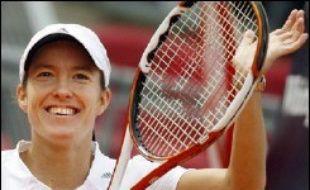 La Française Amélie Mauresmo, numéro un mondiale, a subi la loi de la Belge Justine Henin-Hardenne (6-1, 6-2) samedi, en demi-finale du tournoi de tennis sur terre battue de Berlin, une heure seulement après avoir battu la Suissesse Martina Hingis en quart de finale.