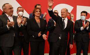 Le candidat du SPD, Olaf Scholz, entouré de son équipe, à Berlin, le 26 septembre 2021 après les résultats des législatives en Allemagne.
