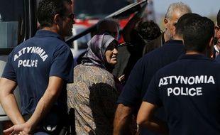 La police chypriote sécurise le camps d'accueil des réfugiés situé à Kokkinotrimithia.