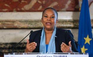 """La garde des Sceaux Christiane Taubira, insultée vendredi par une adolescente, membre d'un groupe opposé au mariage homosexuel qui l'a comparée à """"une guenon"""", est revenue mardi sur ces propos en rappelant que """"le racisme est un délit""""."""