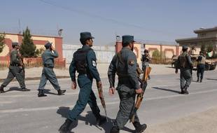 Des policiers afghans à Kaboul, le 1er août 2016, après une explosion près d'un hôtel accueillant des étrangers.