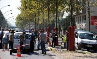 Un quinquagénaire, connu des services de police, a été abattu par balles en pleine rue de Grenoble samedi matin, par un homme qui a pris la fuite avec un complice à bord d'une voiture retrouvée incendiée, un scénario signant un règlement de comptes.