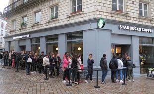 La foule à 7h45 pour l'ouverture du premier Starbucks Coffee de Nantes, 20 mai.
