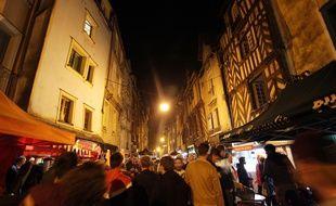 Illustration de la rue Saint-Michel, ou rue de la Soif, haut lieu de la fête à Rennes.