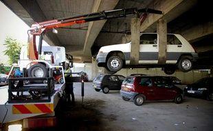 Une voiture à la fourrière pour stationnement illégal.