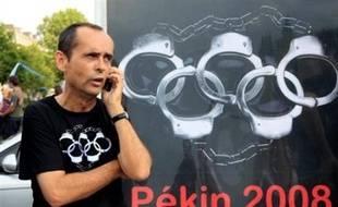 """Le dirigeant de Reporters sans Frontières Robert Ménard, qui a perturbé lundi à Olympie la cérémonie d'allumage de la flamme des jeux Olympiques de Pékin, a indiqué à l'AFP qu'il mènerait des actions """"jusqu'au 8 août"""", date de l'ouverture des Jeux."""