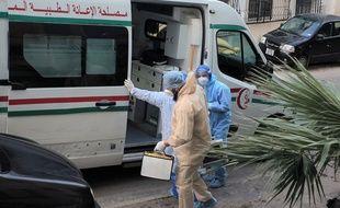 le 26 mai, une équipe du SAMU algérien évacue un homme malade du Covid-19.