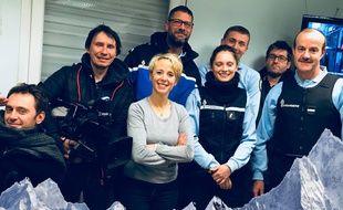 L'équipe de TF1 pose avec ses sauveurs dans les locaux de la gendarmerie de Steenvoorde.